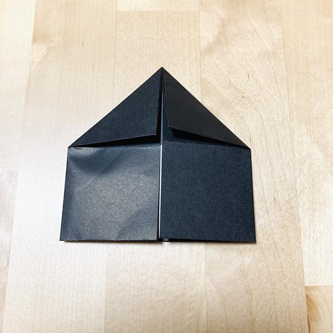 折り目側を三角に左右折ります。