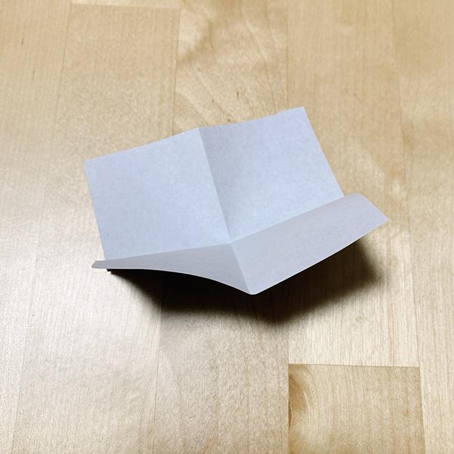 4分の1サイズの黒い折り紙を十字に折り目を付けます。