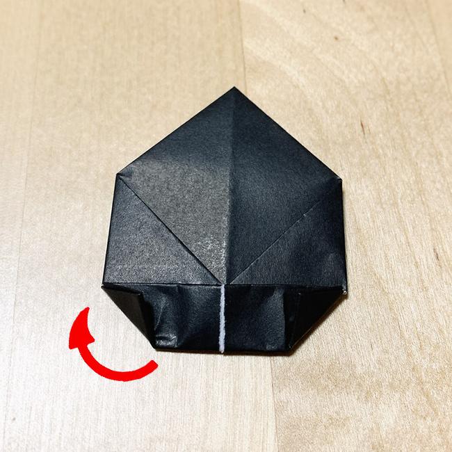 角ばった部分をさらに三角に折ります。 これで耳は完成です。