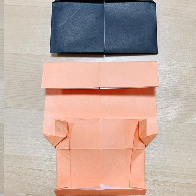 反対も中心に向かって半分折り下記の様に6番の工程まで作った黒い折り紙と合わせます。