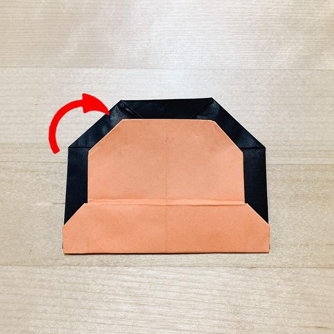 さらに角を少し裏側へ折って丸みを出します。