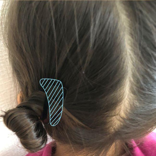 髪をねじりながら付け根のゴムに髪を巻きつけてお団子にします。