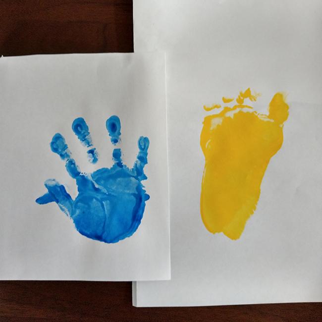 絵の具をお子さんの手や足にぬり、手形足形を取ります。