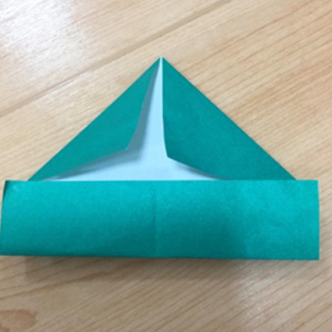 上は真ん中の線に合わせて三角におります。