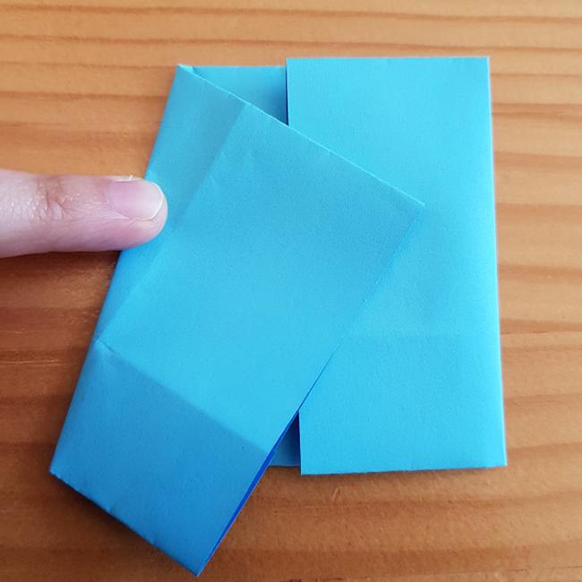 左を写真のように斜めに折ります。 *②の工程で折った3分の1が下になるように。