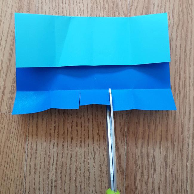 裏返して切った(お腹)部分を表に出し角を折ります。 *のり付けすると きれいです。残りは折りこみます。 *私が使った折り紙は裏が青色だったのでお腹はクレヨンで白く塗りました。