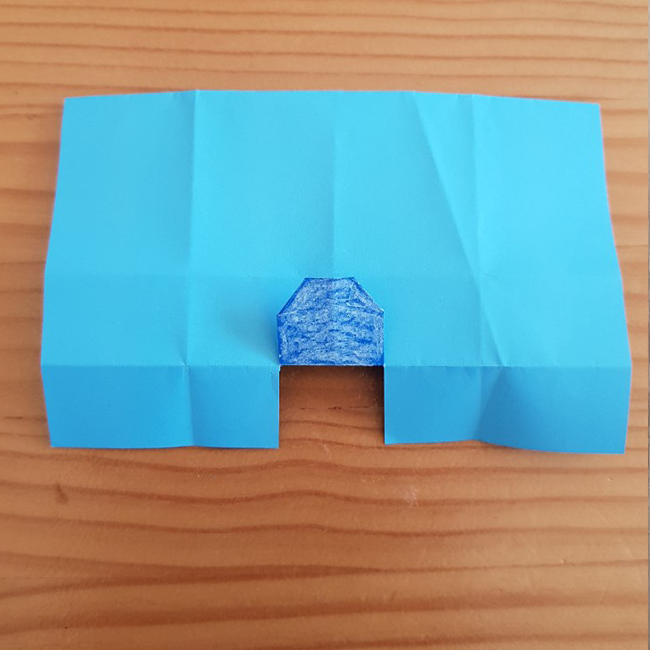 また裏返して折り目通りに右と左を斜めに折ります。 左は斜めに折った後 1cmはばくらいを折り返してください。
