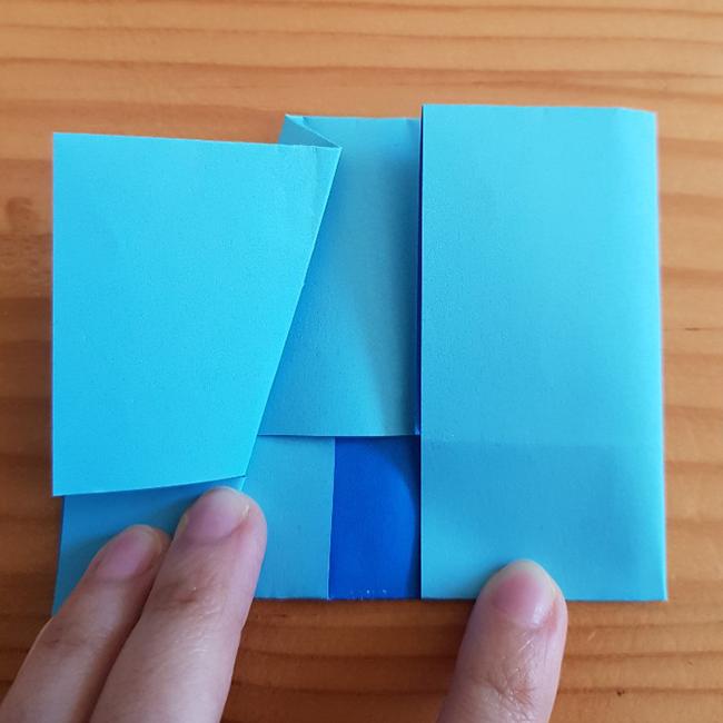 ビラビラをはさみで切って色を塗ります。 *この折り紙の裏が青だったので私は裏が見えるように切りました。