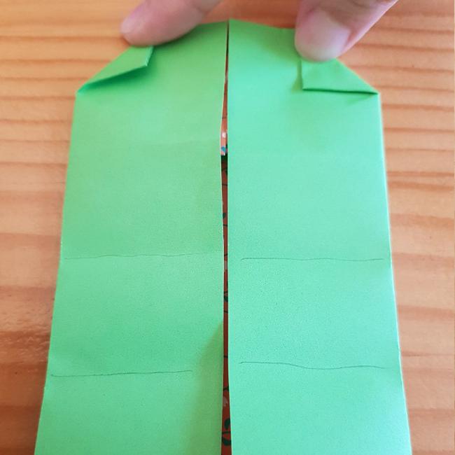 上の角部分を三角に折ります。下を三等分にします。*写真の線を参考にしてください。