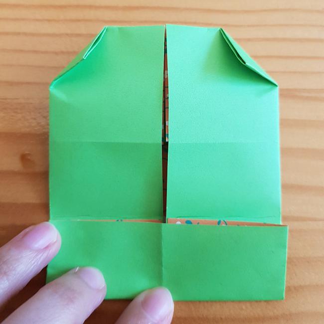 三等分した一番したの部分を折ります。