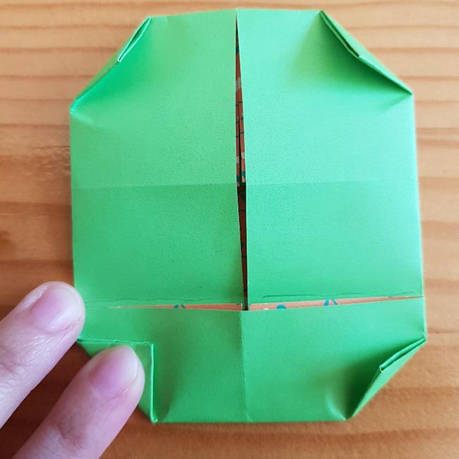 下の角の部分を三角に折ります。