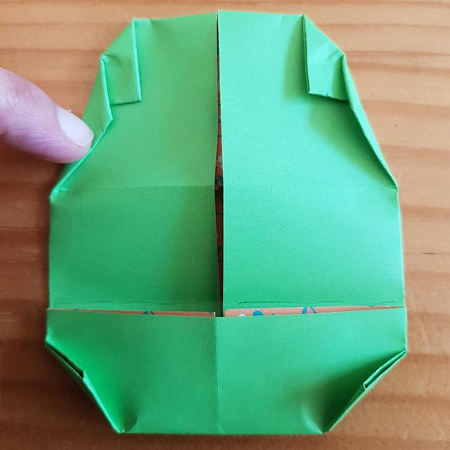 上の三角の真ん中から三等分の上の部分まで内側に折ります。