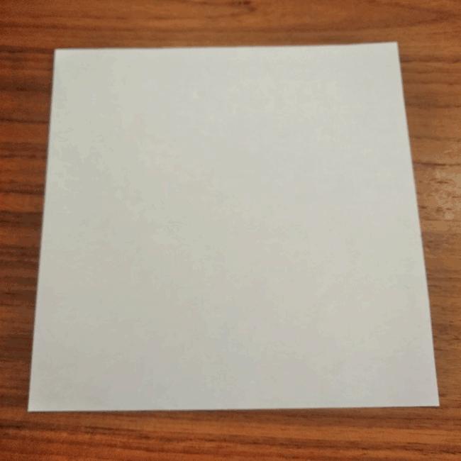 折り紙を1枚用意しましょう。