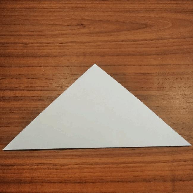 下から上に向かって折り、三角を作ります。