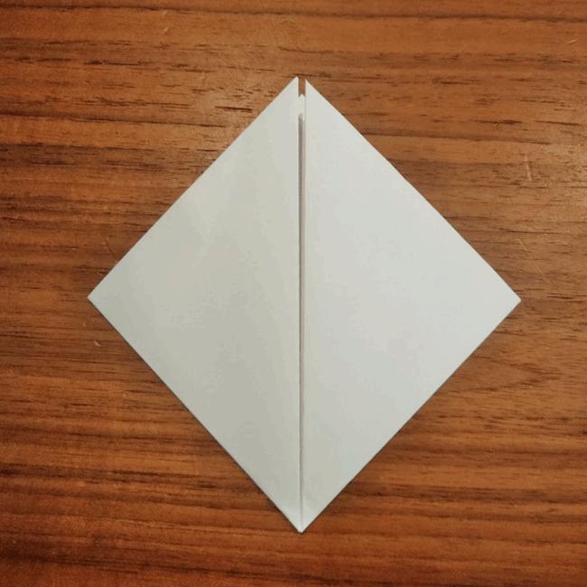 下の角を上の角に向かって折ります。