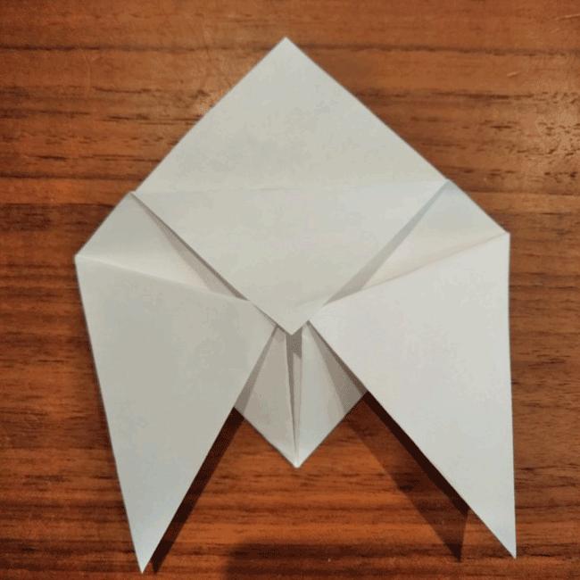 上の角から折り紙1枚を下に向かって折ります。