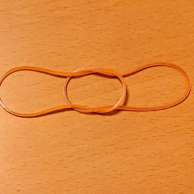 輪ゴムを写真のように組み合わせ、さらに外れないように横に引っ張ります。
