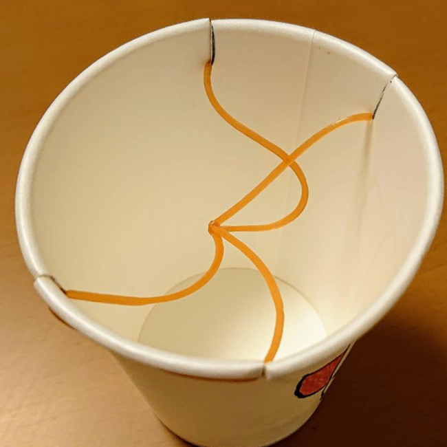 輪ゴムを紙コップの切り込みに引っ掛けます。