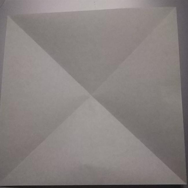緑系の折り紙(普通サイズ)に、図のような折り線を作ります。
