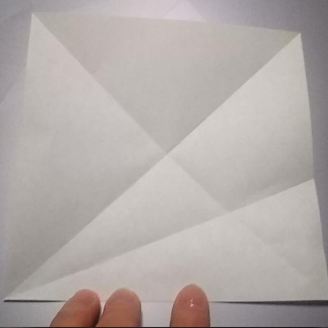 図のように折り、一度広げます。