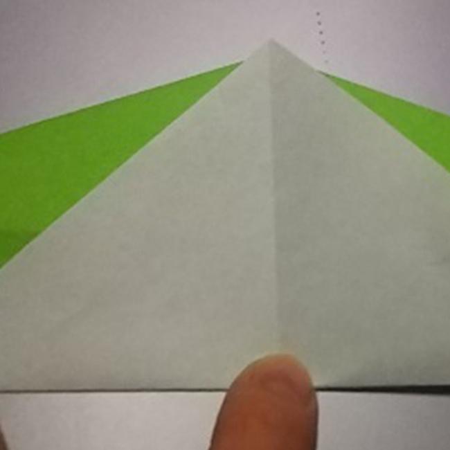 引っくり返して、矢印のように折ります。