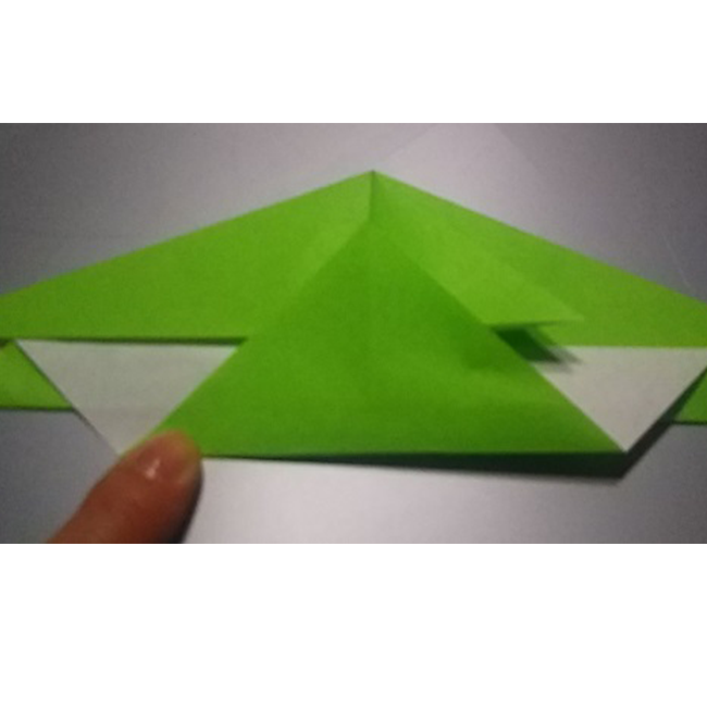 図のように、下の部分を中心に沿って折ります。
