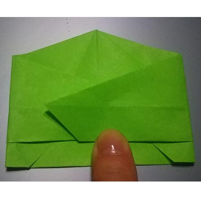 矢印のように折ります。反対側も同様に折ります。