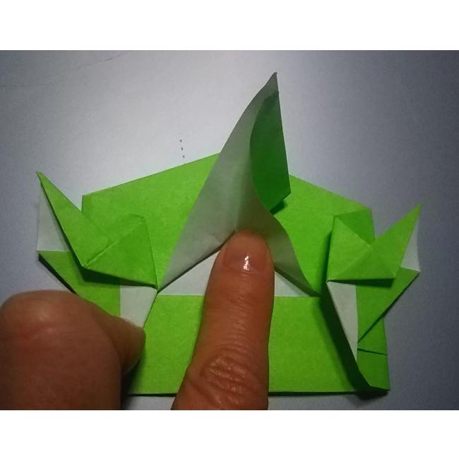 次は中心を開いて、図のように折ります。