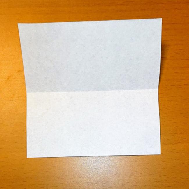 折り紙を四角く横半分に折り、折り目をつけます。