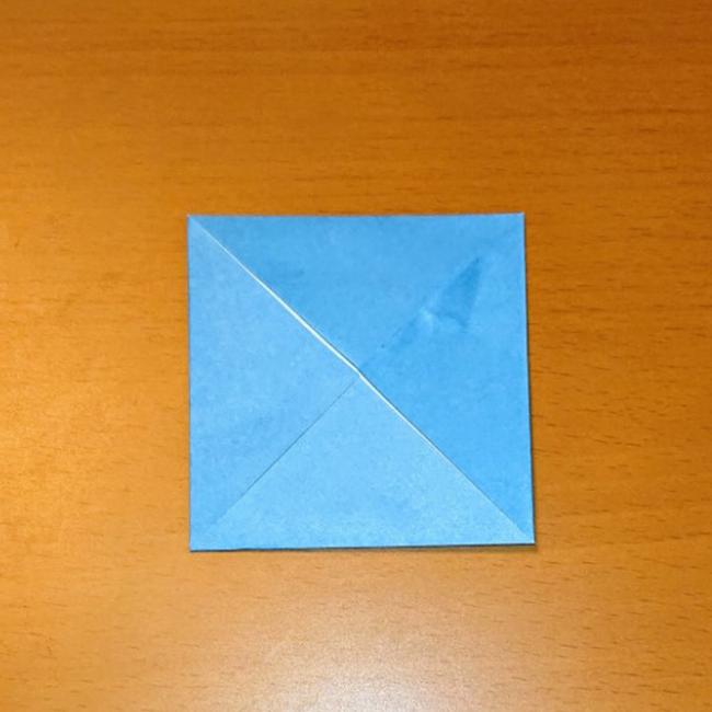 折り目に合わせて、四隅を折ります。