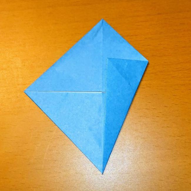 中心の折り目に合わせて折ります。