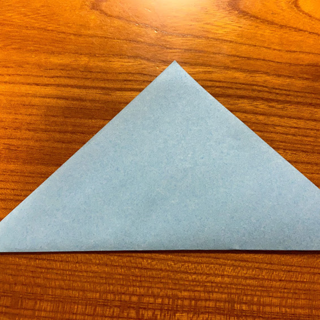 三角に折り、開きます。