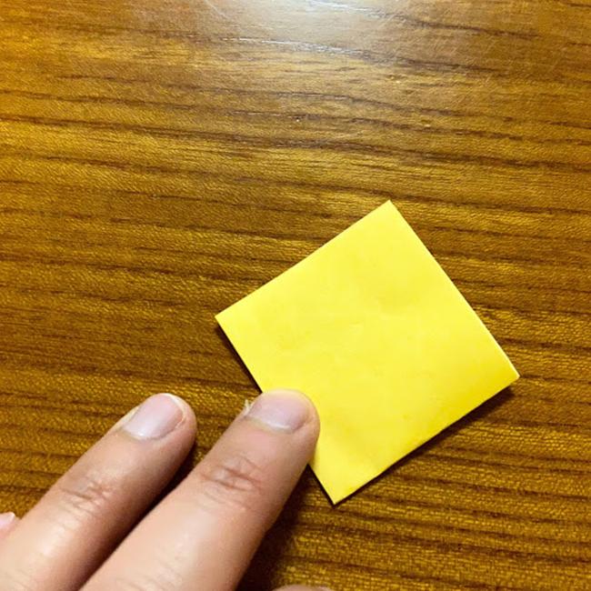 色のついている面を下にして、4つ折りにします。