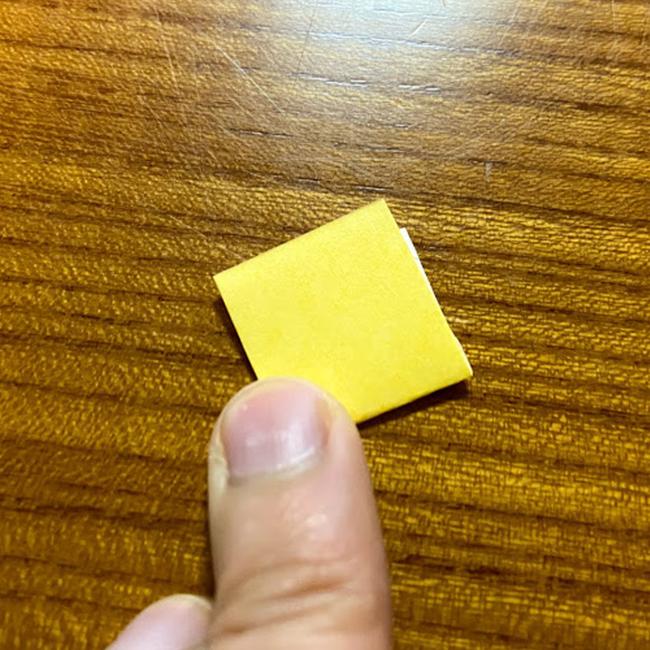 リボンを作ります。色のついている面を下にして、4つ折りにします。