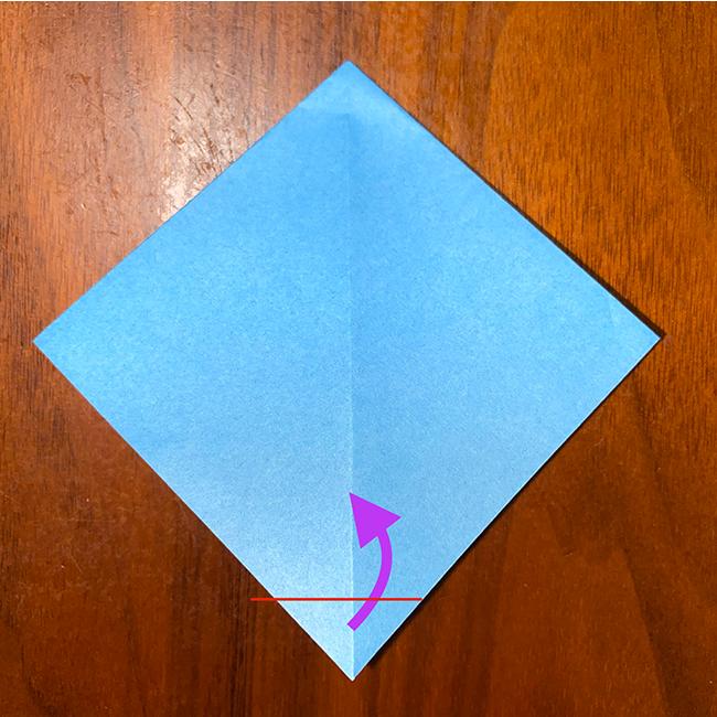 下の角を1枚だけ、少し上に折り、小さな三角にする。