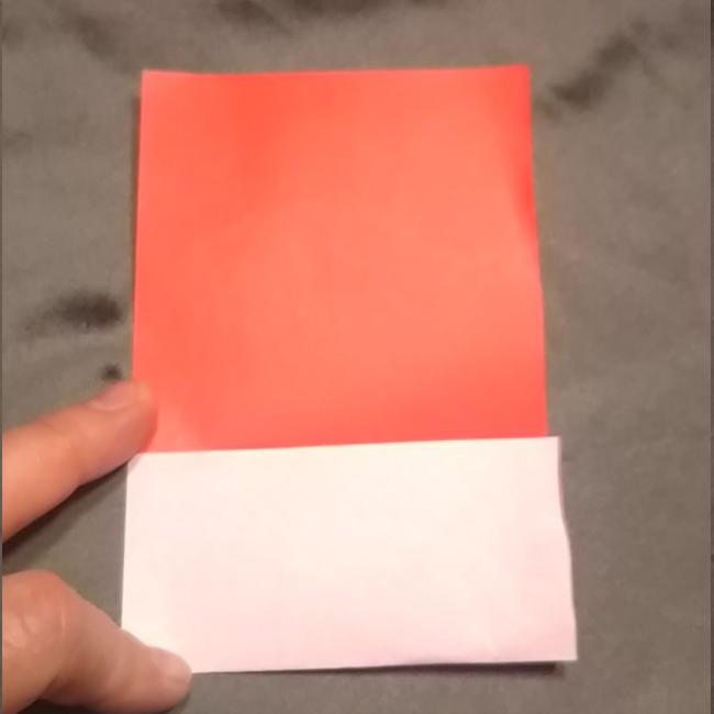 1度広げて、下半分を中心線に向かって折ります。