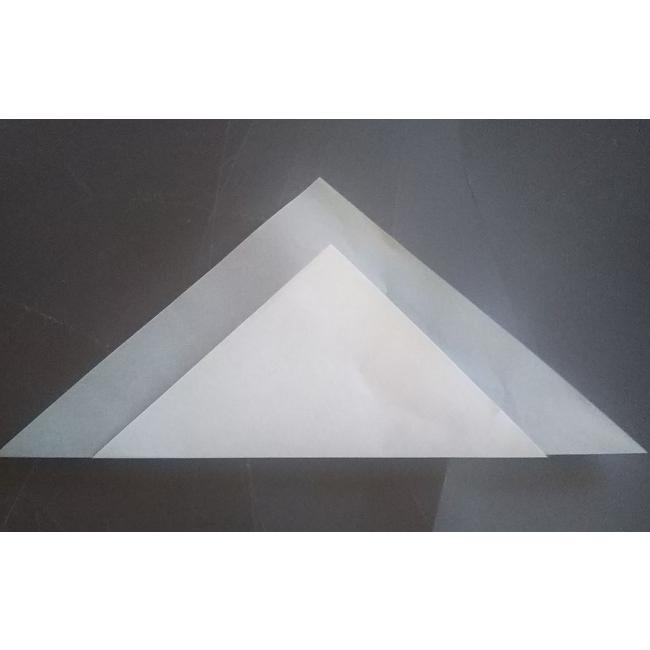 表に返し、下の三角形を矢印のように上に折ります。