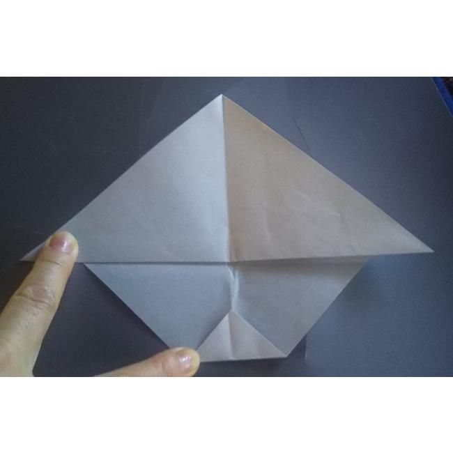 図のように下を三角形に小さく折ります。