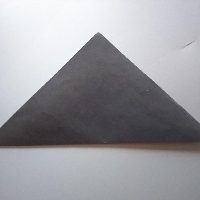 半分に折り、三角形を作ります。