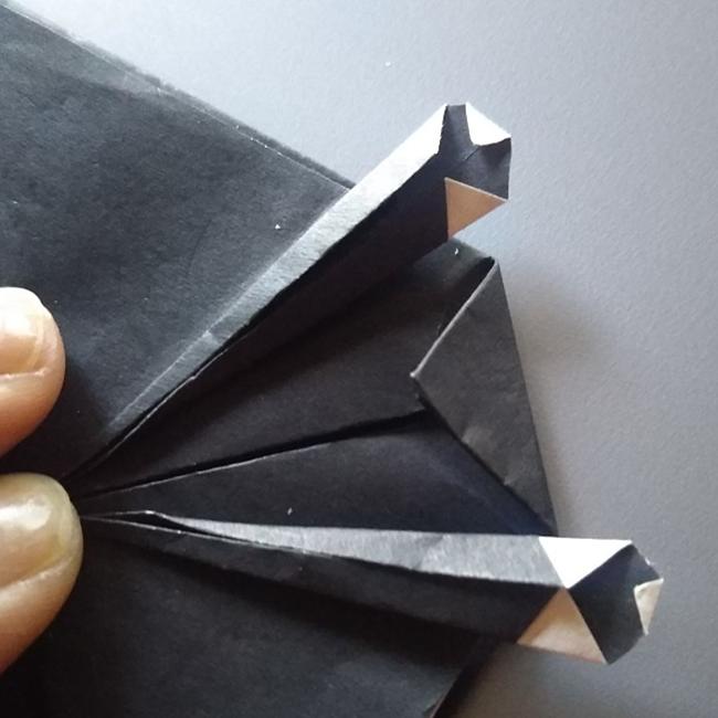 角を少し折ります。反対側も同じく折ります。