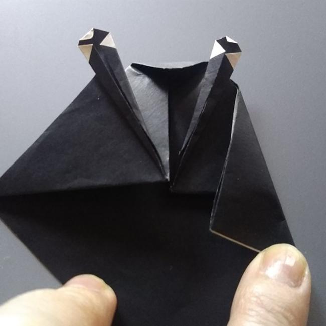 左右を図のように折り、体のラインを作ります。