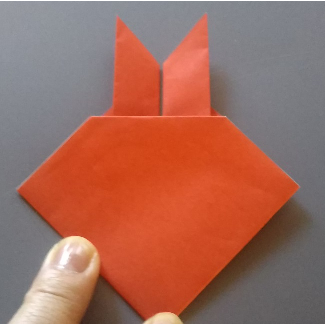 図のように折り線を付け、中側に山折りします。