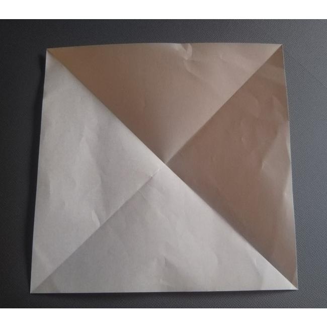 まず普通サイズの折り紙を用意して、図のように折り線を付けます。