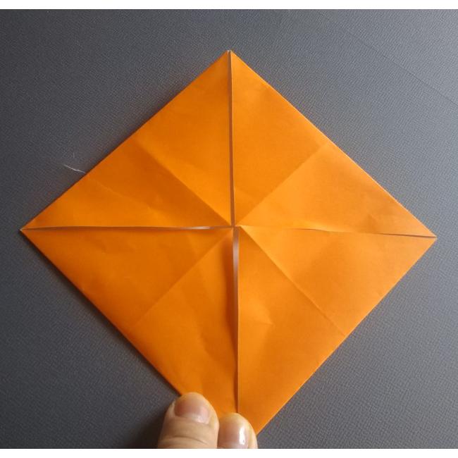 4つ角を中心に向かって折ると、四角形が出来ます。