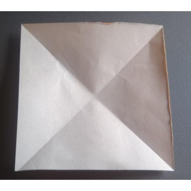 次は耳を折っていきます。4分の1サイズの折り紙を使います。