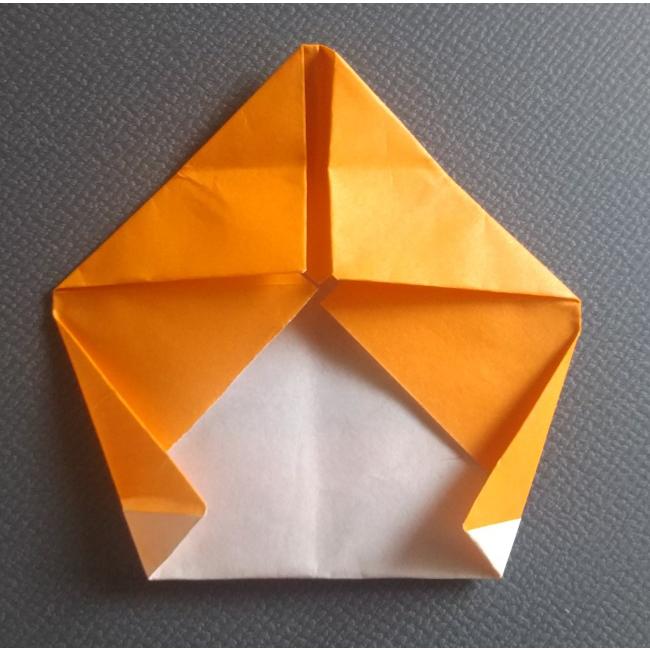 図のように耳の輪郭を折ります。反対側も同じく折ります。