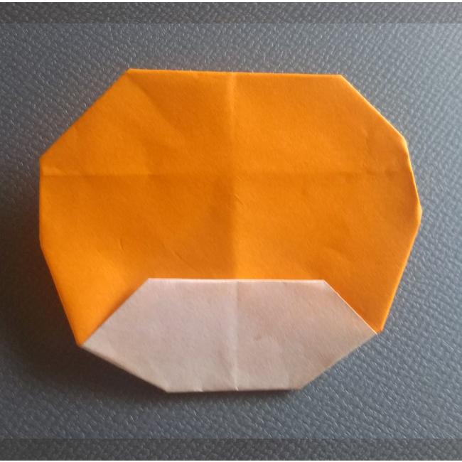 図のように小さく折って、耳の形を整えます。