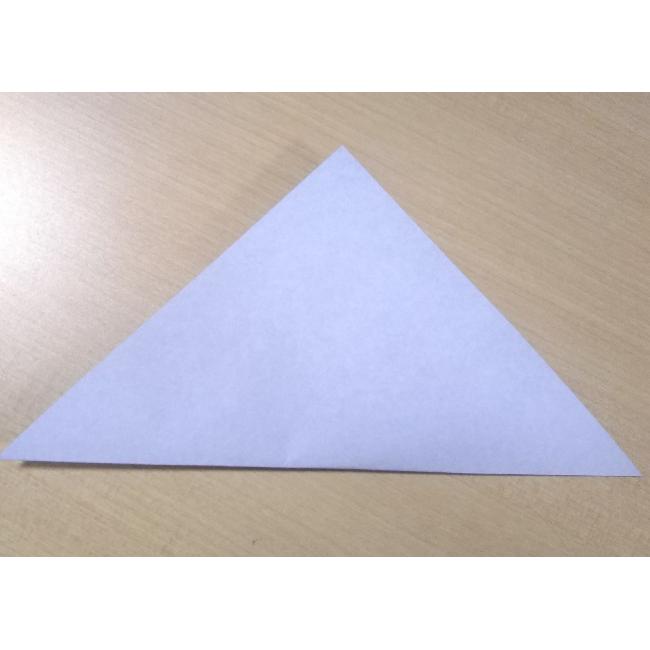 普通サイズの折り紙から折っていきます。
