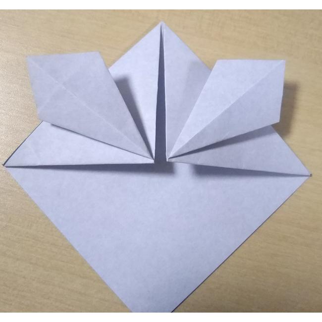 手順4で折った三角形を広げて、図のように潰します。