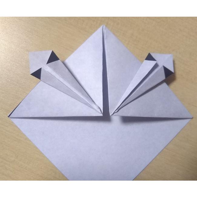 左右を矢印のように、真ん中に折ります。反対側も同様に折ります。